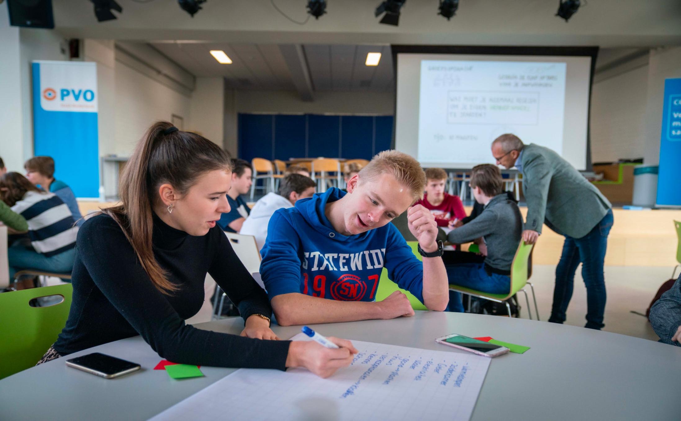 Tijdens de les in Zetten van leerlingalert is de foto gemaakt van leerlingen aan het werk