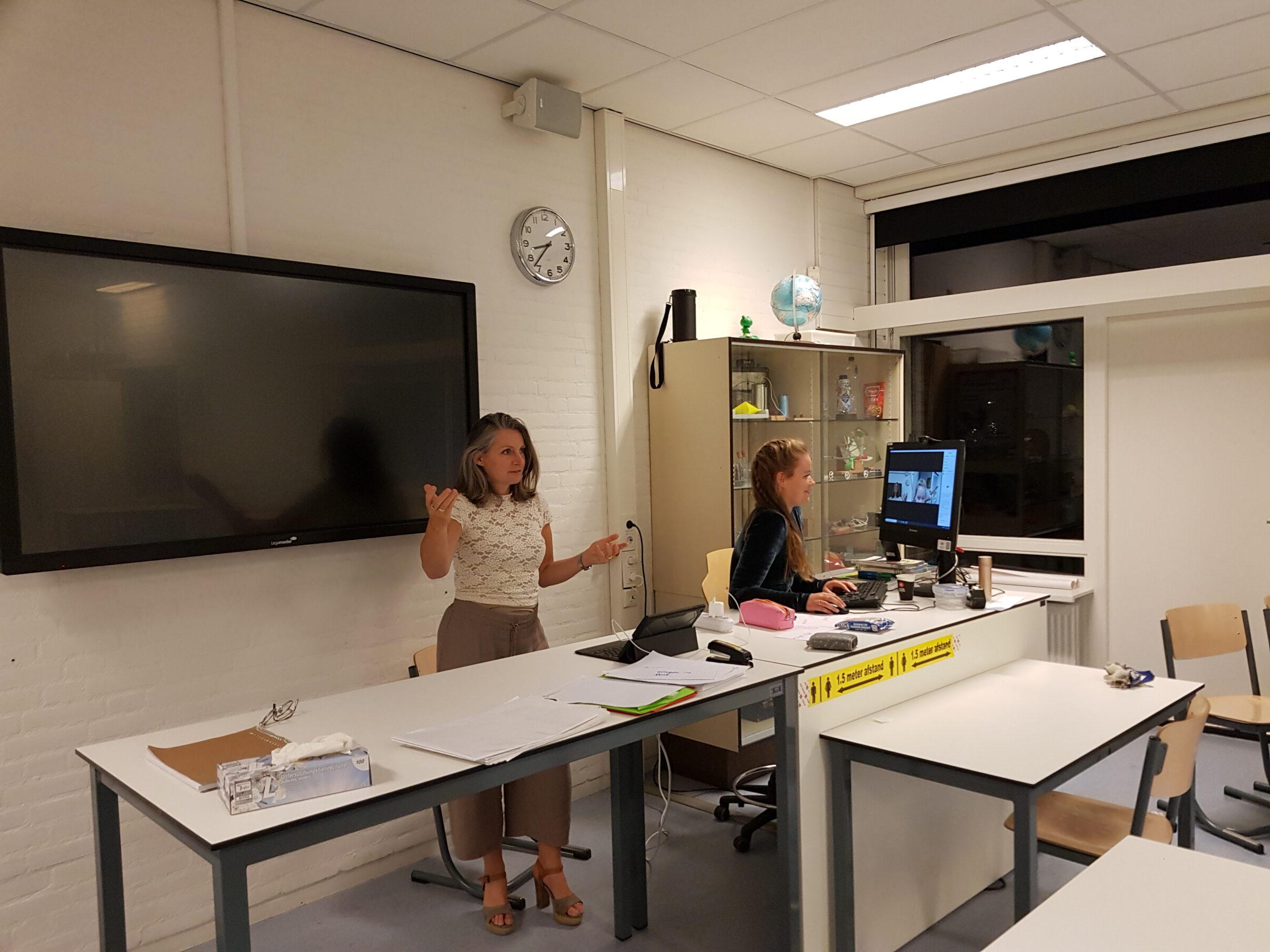 Petra van den berg en melissa rekers geven een webinar vanuit een lokaal op het ISENDOORN college in zutphen.